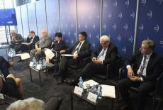 Jan Pastwa i inni prelegenci debatują w sali konferencyjnej