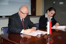 Dyrektor Jan Pastwa i przestawicielka Zurab Zhvania School of Public Administration, w Kutaisi, Gruzja podpisują porozumienie o współpracy.