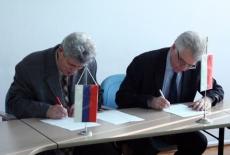 Przedstawiciel rosyjskiej delegacji oraz Dyrektor KSAP podpisują dokument