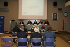 Uczestnicy seminarium siedzą w ławkach, a przy stole prezydialnym zasiada Katarzyna Woś, kierownik BD KSAP, Dyrektor Jan Pastwa, Zuzanna Kierzkowska, Konrad Pawlik i Aleksander Averyanov.