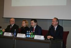 przy stole prezydialnym zasiada Dyrektor Jan Pastwa, Zuzanna Kierzkowska, Konrad Pawlik i Aleksander Averyanov.