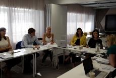 uczestnicy spotkania podczas rozmowy przy stole