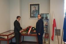 Dyrektor KSAP i Szef Służby Cywilne składają wiązankę pod portretem śp. Władysława Stasiaka