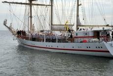 Żaglowiec Iskra wychodzi w morze. Na pokładzie słuchacze KSAP.