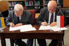 Dyrektor KSAP Jan Pastwa oraz Dyrektor Lviv Regional Institute for Public Administration of the National Academy of the Public Administration under the President of Ukraine podpisują porozumienie