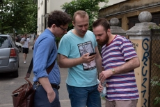 trzech mężczyzn podczas gry
