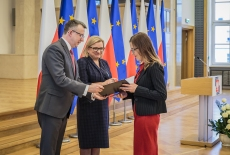 Szef Kancelarii Prezesa Rady Ministrów Beata Kempa oraz Szef Służby Cywilnej Dobrosław Dowiat-Urbański wręczają nowym urzędnikom służby cywilnej akty mianowania