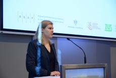 Zastępca Dyrektora KSAP, przemawia z mównicy.