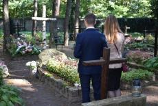 słuchacze na cmentarzu