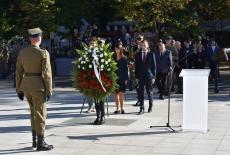 słuchacze KSAP składają wieniec pod Pomnikiem Polskiego Państwa Podziemnego i Armii Krajowej w Warszawie