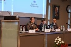 Na auli KSAP przy stole prezydialnym siedzą od lewej: Wojciech Federczyk, Dyrektor KSAP, Dobrosław Dowiat-Urbański, Szef Służby Cywilnej, Marek Kuberski, Zastępca Dyrektora Departamentu Współpracy Rozwojowej MSZ
