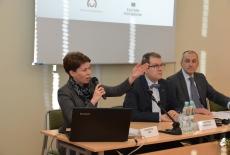 Za stołem prezydialnym siedzią od lewej: Katarzyna Woś, Kierownik BD KSAP, dr Wojciech Federczyk, Dyrektor KSAP, Marek Kuberski MSZ