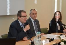 Za stołem prezydialnym siedzią od lewej: dr Wojciech Federczyk, Dyrektor KSAP, Marek Kuberski MSZ, Iwona Czerniec, CBA