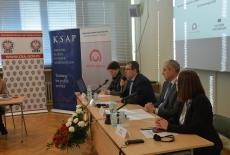 Za stołem prezydialnym siedzią od lewej: Katarzyna Woś, Kierownik BD KSAP, dr Wojciech Federczyk, Dyrektor KSAP, Marek Kuberski MSZ, Iwona Czerniec, CBA