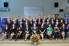 Grupowe zdjęcie nowych absolwentów KSAP.