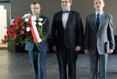 Szef Służby Cywilnej, Dyrektor KSAP oraz Prezes Stowarzyszenia Absolwentów KSAP składają kwiaty pod tablicą Patrona Szkoły