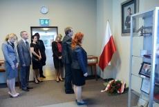 Złożenie kwiatów pod portretem Władysława Stasiaka