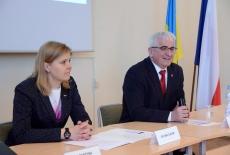 Przy stole siedzą od lewej: zastępca dyrektora KSAP, dyrektor Study Tour to Poland