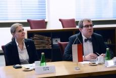 dyrektor i zastępca dyrektora KSAP siedzą przy stole
