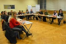 Uczestnicy szkolenia siedzą w ławkach.