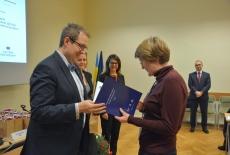 Wojciech Federczyk Dyrektor KSAP wręcza dyplom uczestnitce szkolenia.