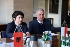 Dziennikarka i osoba towarzysząca siedzą przy stole podczas spotkania