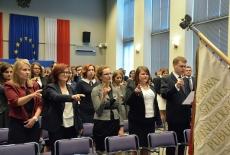 Słuchacze XXVII rocznika składają ślubowanie przed sztandarem KSAP.