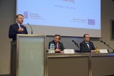Przy stole prezydialnym, od lewej: przedstawiciel IESE Business School, Szef Służby Cywilnej, Dyrektor KSAP