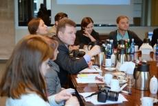 Dziennikarze z Ukrainy siedzią przy stole.