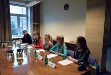 Uczestnicy spotkania siedzą przy stole.