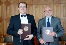 Dyrektor KSAP i Rektor Politechniki Warszawskiej prezentują podpisane porozumienie