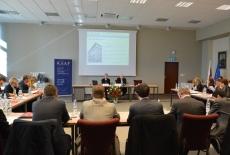 Uczestnicy wizyty studyjnej siedząc przy stołach słuchają prezentacji Jana Pastwy Dyrektora KSAP