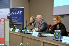 Przy stole prezydialnym siędzą od lewej: Elżbieta Kowalewska, pracownik KSAP, Jan Pastwa Dyrektor, Zuzanna Kierzkowska