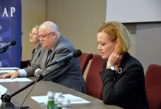 Przy stole prezydialnym siędzą od lewej: Elżbieta Kowalewska, pracownik KSAP, Jan Pastwa Dyrektor, Zuzanna Kierzkowska - przemawia