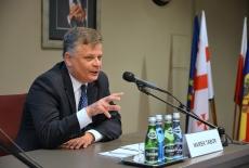 Przy stole prezydialnym siedzi Marek Tabor