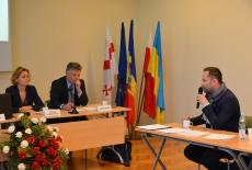 Uczestnik szkolenia zadaje pytanie. W prezydium siędzą od lewej: Zuzanna Kierzkowska, Marek Tabor