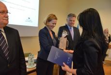 Jan Pastwa wręcza dyplom uczestniczce szkolenia. W tle widać Zuzannę Kierzkowską i Marka Tabora
