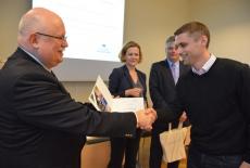 Jan Pastwa wręcza dyplom uczestnikowi szkolenia. W tle widać Zuzannę Kierzkowską i Marka Tabora