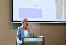 Minister Anita van den Ende przy mównicy