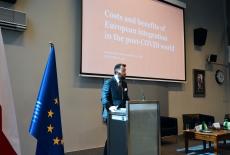 Dyrektor Piotr Arak przy mównicy