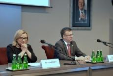 Przy stole prezydialnym siedzą od lewej Szef Kancelarii Prezesa Rady Ministrów, Szef Służby Cywilnej.