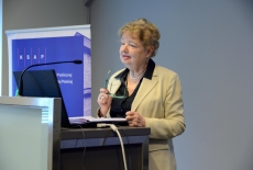 Prof. Maria Gintowt-Jankowicz przemawia przy mównicy