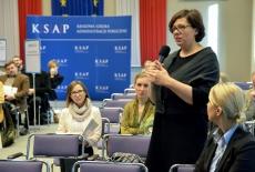 Sędzia Marta Kiszowara oraz inni uczestnicy konferencji w auli KSAP