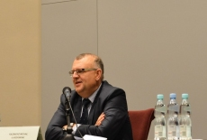 Kazimierz Ujazdowski przy stole prezydialnym na Auli KSAP