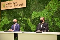 Dyrektor KSAP i Minister klimatu i środowiska siedzą przy stole