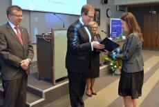 Dyrektor KSAP wręcza absolwentce dyplom KSAP. Obok stoją - Szef Kancelarii Prezesa Rady Ministrów, Szef Służby Cywilnej.