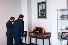 Złożenie kwiatów pod tablicą upamiętniającą Władysława Stasiaka