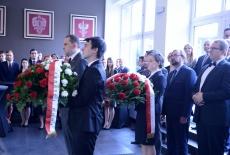 Przedstawiciele Prezydenta i Premiera przed złożeniem kwiatów