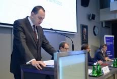 Przy mównicy czyta list minister Adam Kwiatkowski