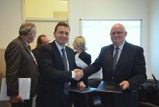 Pan Norbert Kis, vice-rector NUPS i Jan Pastwa Dyrektor KSAP podają sobie ręce po podpisaniu porozumienia